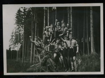 Hitlerjugend in Uniform im Walde  (Original-Foto)